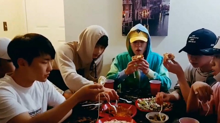 [SEVENTEEN] LA에 개업한 밍식당🍴 (Mingyu cooking foods for other members)