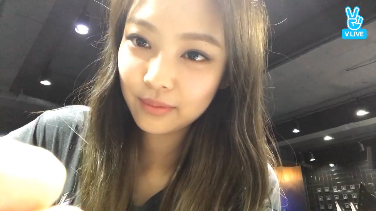[BLACKPINK] 젠득이 네일받는 것도 다 보고,, 세상 참 좋다‧⁺◟( ᵒ̴̶̷̥ ·̫ ᵒ̴̶̷̣ ) (Jennie in the nail shop)