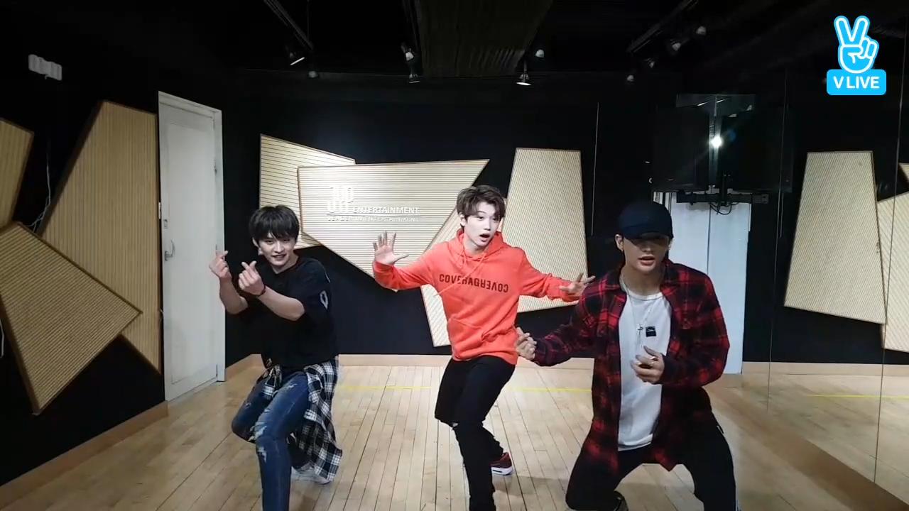 [Stray Kids] 전통의 춤(경건) oh기본 안무oh 알려줄 댄라 구해요ㅠㅠ (Stray Kids dancing the basic choreography)