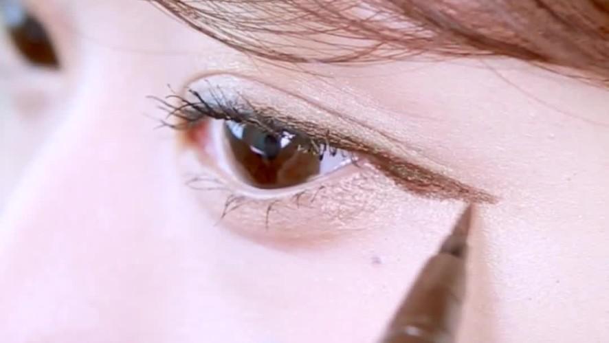 [1분팁] 수지 메이크업 따라하기! 강아지 아이라인 그리는 방법 - 믹니(MIKNI) How to draw eyeliner like a puppy - MIKNI
