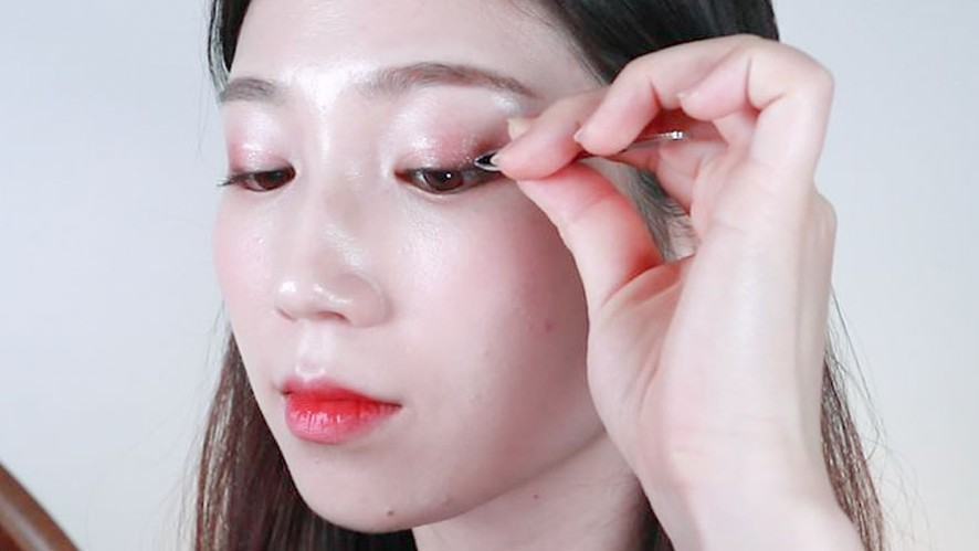Easy way to put on eyelashes (Part 1)