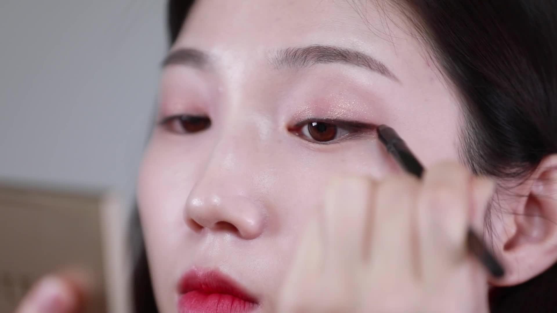 [1분팁] 눈 커보이는 메이크업 ♡
