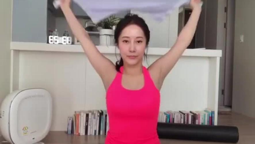 [1분팁] 여자 홈트레이닝 어깨 스트레칭 Women's home-training shoulder stretching