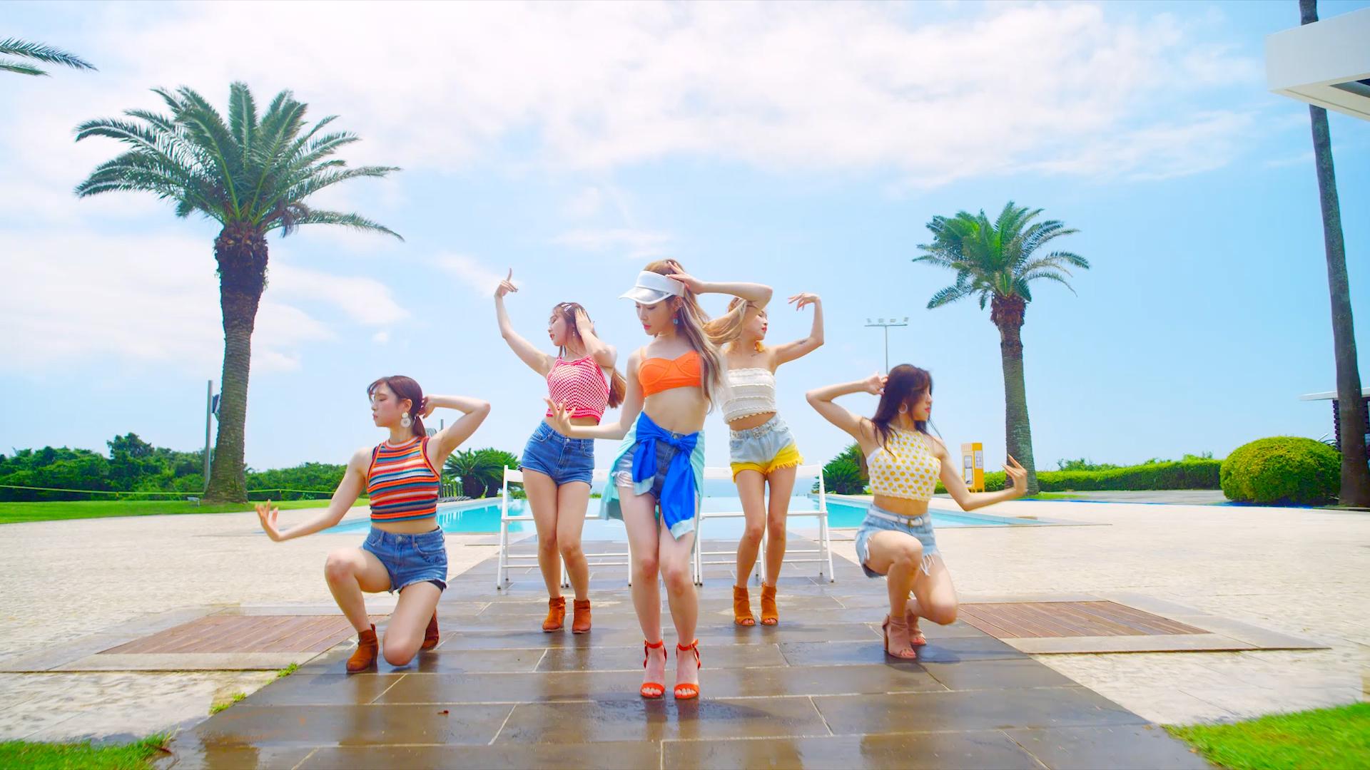 """청하(CHUNG HA) - """"Love U"""" M/V (Performance Ver.)"""