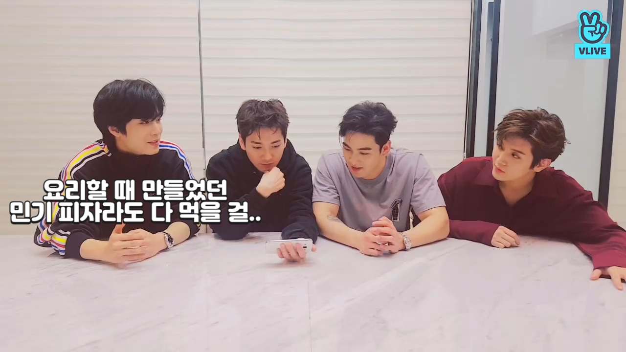 "[NU'EST W] 🍕속보🍕쩨알 ""이럴 줄 알았으면 밍기 젤리 피자라도 다 먹을걸.."" (NU'EST W talking about a pizza they ate)"