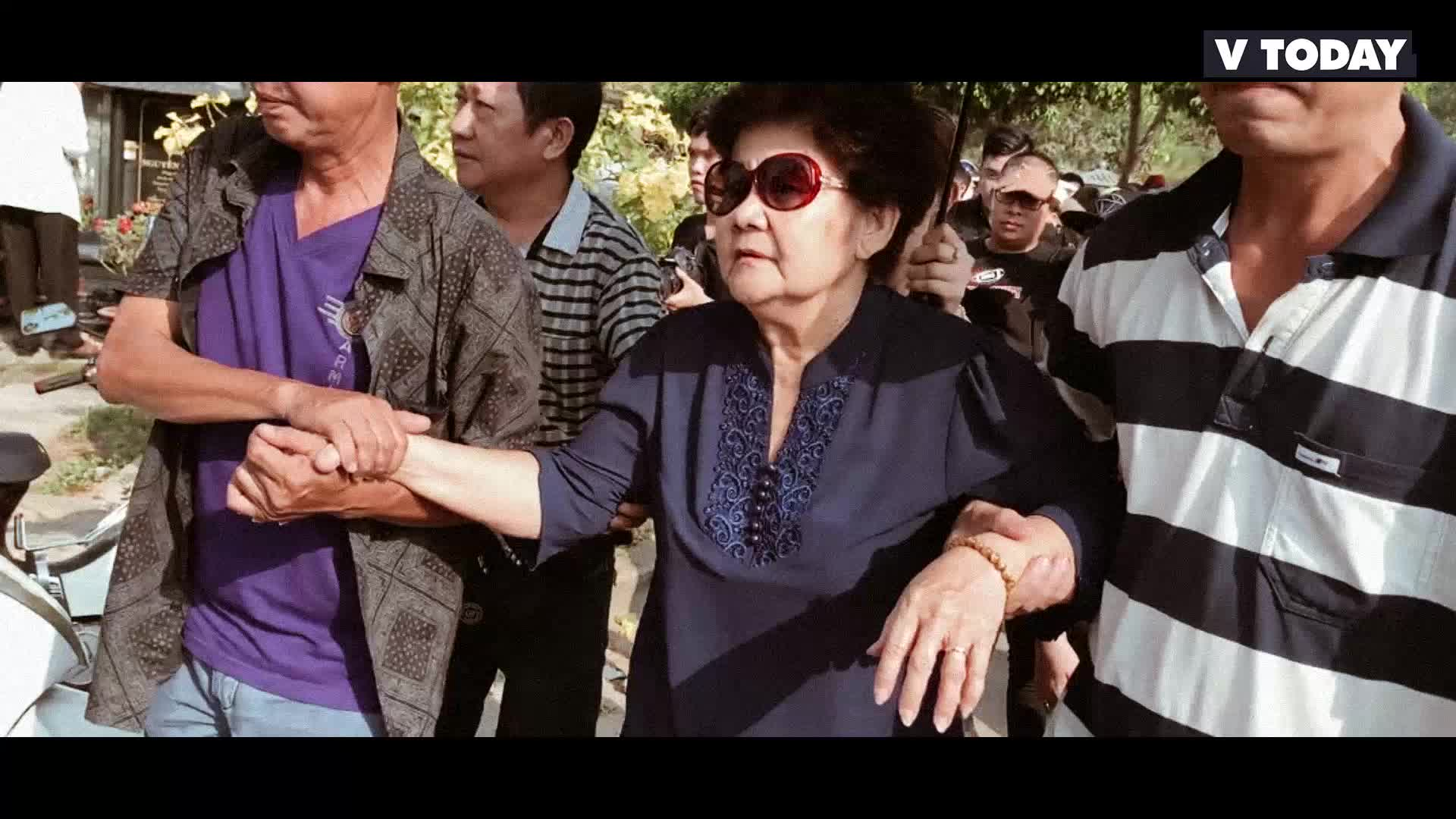 Người nhà phải dìu bố mẹ Anh Vũ trong tang lễ con trai