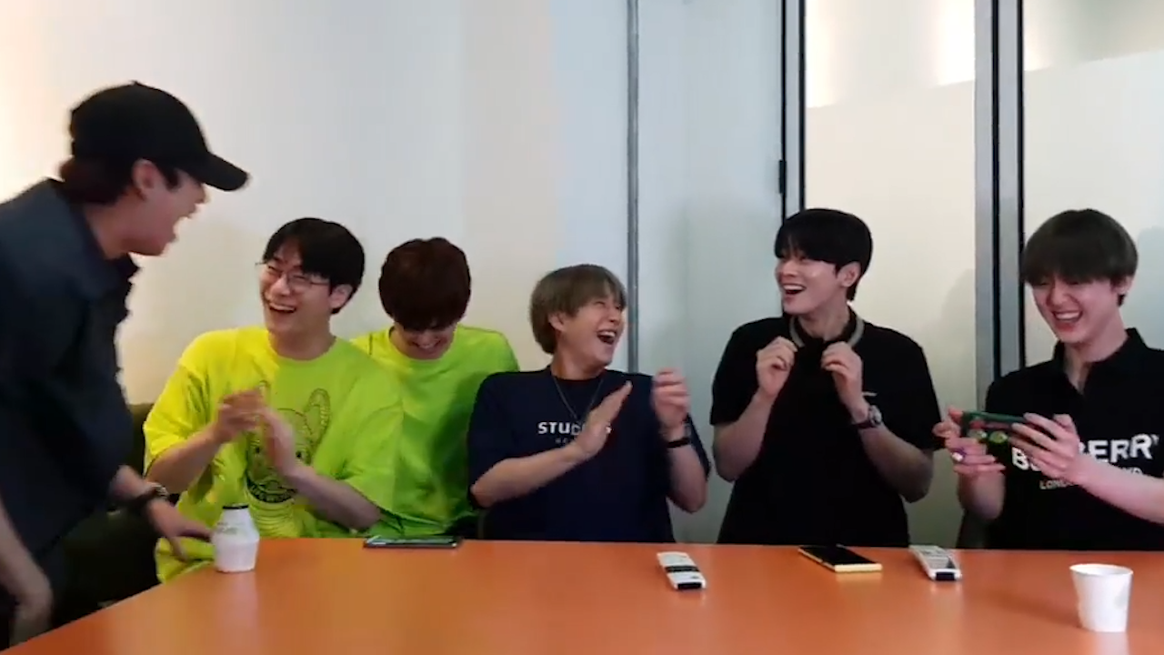[ASTRO] 아 울별둥이들로 꽉꽉 차있다는 디비디 출고일 너 어디쯤 오고있니⁉️😭 (ASTRO's talking about their concert DVD)