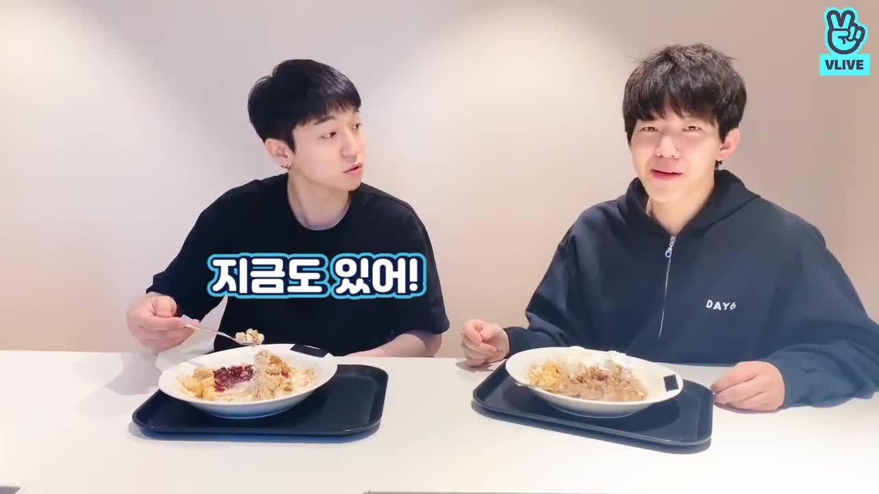 [DAY6] 여름철 무더위도 이 팥빙수 먹방보고 멜론빙수 땡긴다고 귀가중🍧 (Sungjin&Dowoon eating patbingsu)