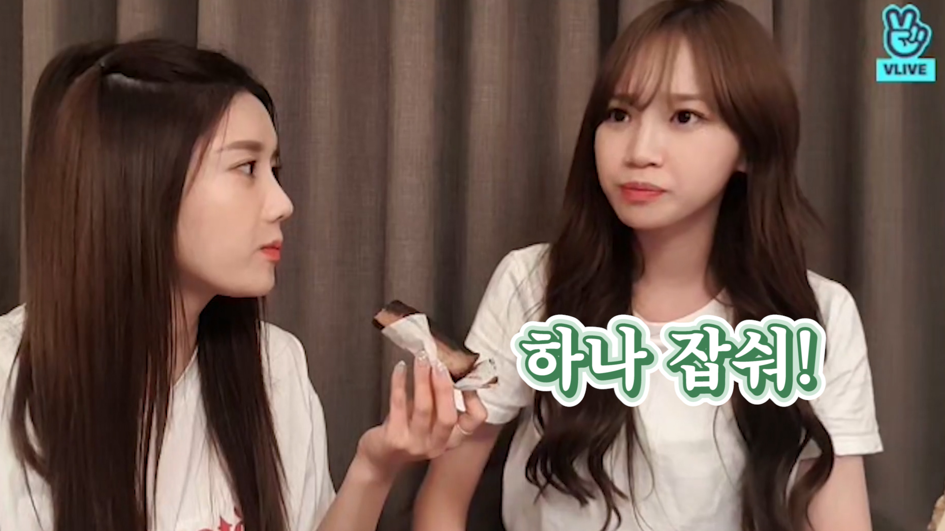[IZ*ONE] 째비 케이크 하나 잡숴❣️ 옴뇸뇸 먹방에 심장 와아앙💕🍰 (EUNBI&CHAEWON eating cherry and cake)