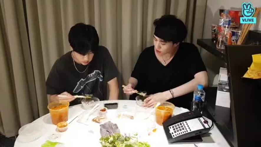 MARK and YUGYEOM's eating show~! Poor internet connection :(
