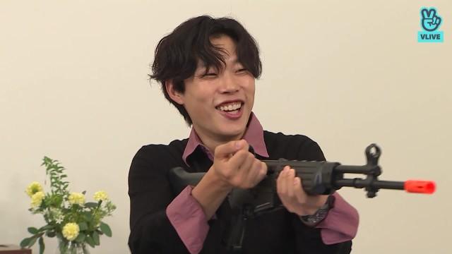 류준열 Free Talk 01. 봉오동전투를 떠올리며 사격자세!