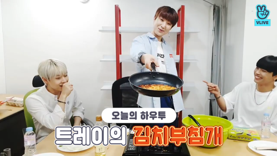 [V PICK! HOW TO in V] 트레이의 김치부침개🍳 (HOW TO MAKE TREI's Kimchi Pancake)