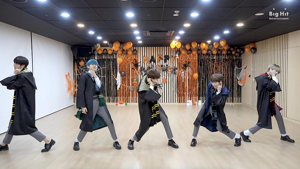 TXT (투모로우바이투게더) '9와 4분의 3 승강장에서 너를 기다려 (Run Away)' Dance Practice (Halloween ver.)