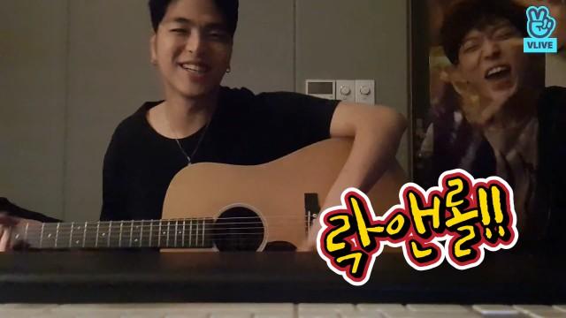 [iKON] 요즘 락페스티벌 가면 비와 락앤롤로 오프닝 하잖아요☔️ (BOBBY&JU-NE singing with guitar)
