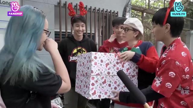 """[Monstar] My Santa Claus - Monstar hóa Shipper """"sổ sàng"""" đột kích tặng quà cho Fans"""