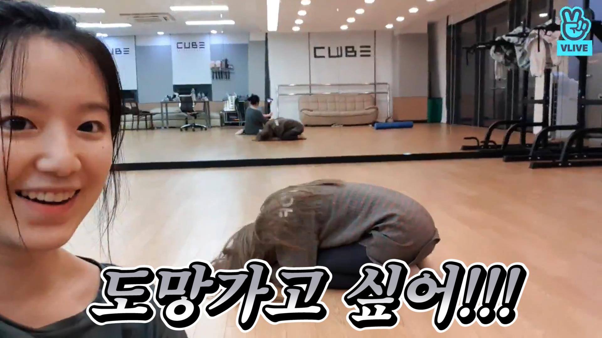 [(G)I-DLE] 텐션 완전 연습실 찢었고.. 너무 귀여워서 난 심장 찢어지고..💗 (SHUHUA changing SOOJIN's hairstyle)