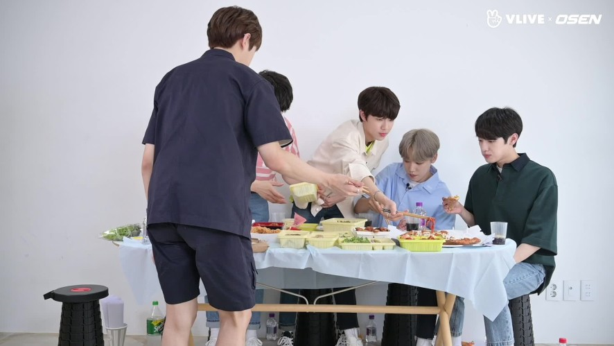 When Golden Child gets hyper. Watching them eat makes you smile #Star Road 08